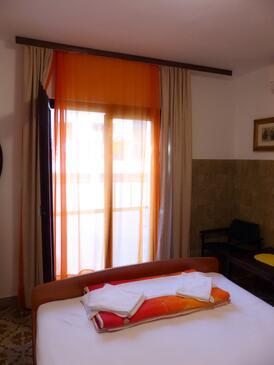 Podgora, Spálňa v ubytovacej jednotke room, dostupna klima i WIFI.