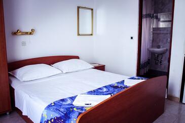 Podgora, Spálňa v ubytovacej jednotke studio-apartment, dostupna klima i WIFI.