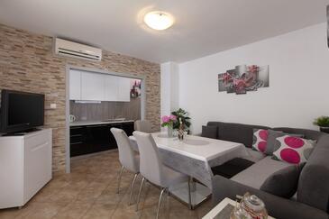 Marušići, Jídelna v ubytování typu house, s klimatizací, domácí mazlíčci povoleni a WiFi.
