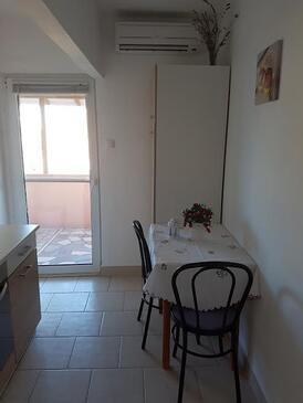 Neviđane, Jídelna v ubytování typu apartment, s klimatizací, domácí mazlíčci povoleni a WiFi.