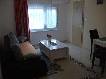 Ražine, Sala de estar in the apartment, air condition available y WiFi.