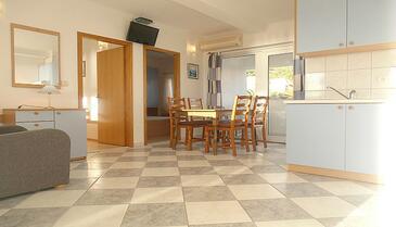 Baška Voda, Jedáleň v ubytovacej jednotke apartment, dostupna klima i WIFI.