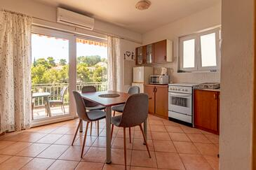 Basina, Dining room in the apartment, air condition available, (pet friendly) and WiFi.