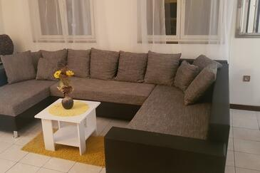 Tribunj, Living room in the apartment, air condition available, (pet friendly) and WiFi.