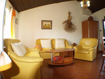 Kukljica, Obývací pokoj v ubytování typu house, s klimatizací, domácí mazlíčci povoleni a WiFi.