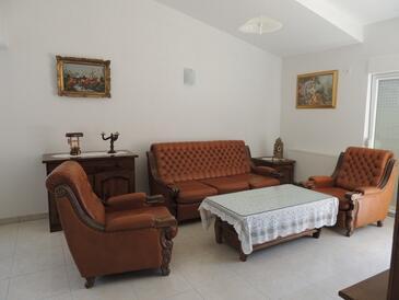 Kaštel Stari, Obývací pokoj v ubytování typu apartment, s klimatizací, domácí mazlíčci povoleni a WiFi.