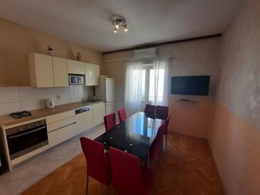 Makarska, Blagovaonica u smještaju tipa apartment, dostupna klima i WiFi.