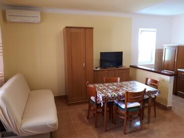 Mundanije, Jedáleň v ubytovacej jednotke apartment, dostupna klima i WIFI.