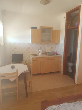 Solaris, Kuchyně v ubytování typu studio-apartment, dostupna klima, dopusteni kucni ljubimci i WIFI.