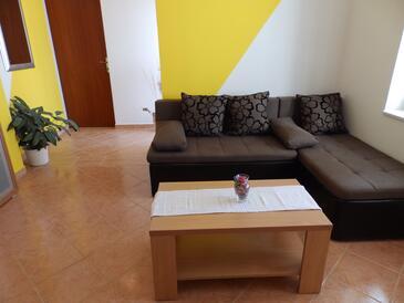 Kampor, Obývacia izba v ubytovacej jednotke apartment, domáci miláčikovia povolení a WiFi.