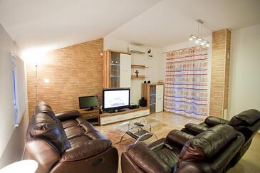 Komiža, Obývacia izba v ubytovacej jednotke apartment, klimatizácia k dispozícii, domáci miláčikovia povolení a WiFi.