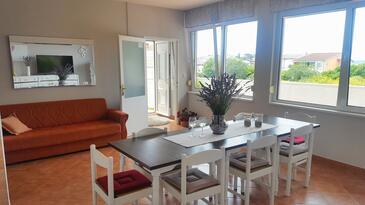 Rab, Jedáleň v ubytovacej jednotke apartment, klimatizácia k dispozícii, domáci miláčikovia povolení a WiFi.