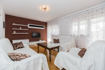 Kaštel Novi, Obývací pokoj 1 v ubytování typu apartment, dostupna klima i WIFI.