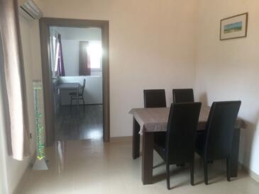 Seline, Jídelna v ubytování typu apartment, dostupna klima i WIFI.