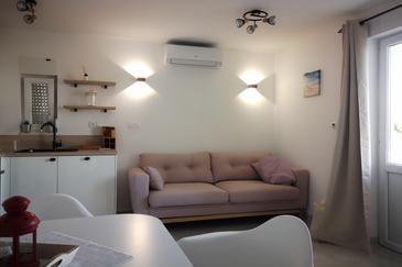 Seget Vranjica, Dnevni boravak u smještaju tipa apartment, dostupna klima i WiFi.