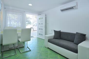 Slatine, Sala da pranzo nell'alloggi del tipo apartment, condizionatore disponibile, animali domestici ammessi e WiFi.