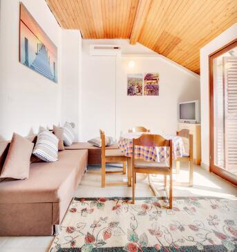 Grebaštica, Obývacia izba v ubytovacej jednotke apartment, dostupna klima.
