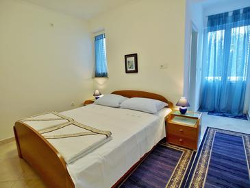 Rab, Sypialnia w zakwaterowaniu typu room, Dostępna klimatyzacja i WiFi.