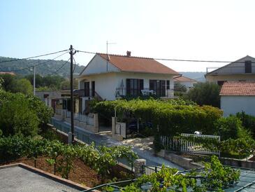Vinišće, Trogir, Объект 12637 - Апартаменты с галечным пляжем.