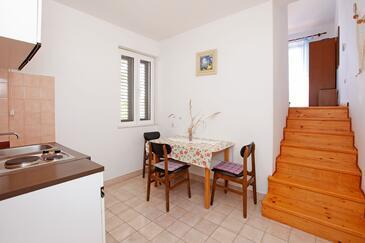 Prižba, Jídelna v ubytování typu studio-apartment, domácí mazlíčci povoleni a WiFi.