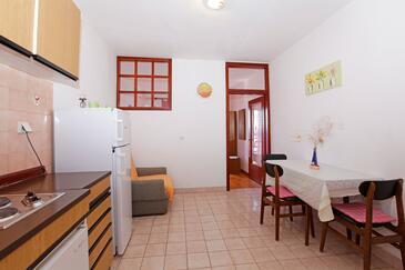 Prižba, Jedáleň v ubytovacej jednotke studio-apartment, dopusteni kucni ljubimci i WIFI.