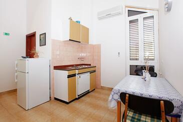 Prižba, Столовая в размещении типа studio-apartment, Домашние животные допускаются и WiFi.