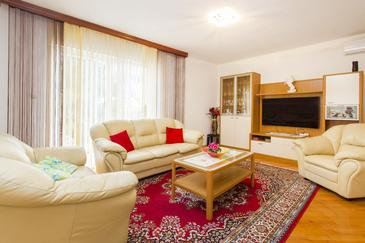 Vodice, Living room in the house, air condition available and WiFi.