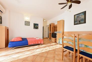 Vodice, Living room in the apartment, air condition available, (pet friendly) and WiFi.