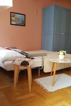Selce, Living room in the studio-apartment, dostupna klima i WIFI.