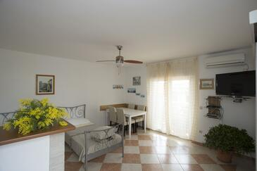 Mavarštica, Dining room in the apartment, air condition available and WiFi.