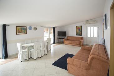 Mavarštica, Sala de estar in the apartment, air condition available y WiFi.