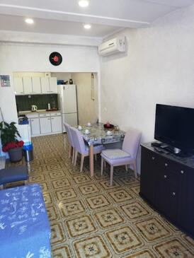 Baška Voda, Dining room in the apartment, air condition available, (pet friendly) and WiFi.