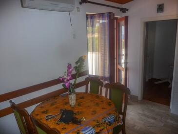 Stanići, Salle à manger dans l'hébergement en type apartment, climatisation disponible et WiFi.