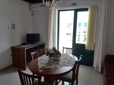 Kampor, Living room in the apartment, air condition available, (pet friendly) and WiFi.