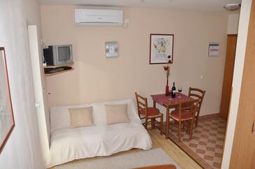 Omišalj, Jídelna v ubytování typu studio-apartment, s klimatizací, domácí mazlíčci povoleni a WiFi.