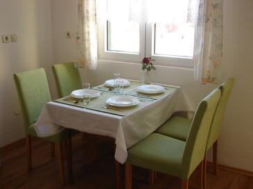 Pag, Jídelna v ubytování typu apartment, dostupna klima i WIFI.