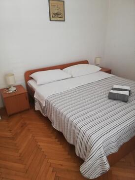 Zavala, Bedroom in the room, air condition available, (pet friendly) and WiFi.