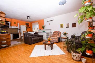 Okrug Gornji, Obývacia izba v ubytovacej jednotke apartment, klimatizácia k dispozícii a WiFi.