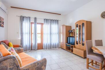 Biograd na Moru, Obývacia izba v ubytovacej jednotke apartment, klimatizácia k dispozícii a WiFi.