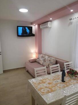 Baška Voda, Jídelna v ubytování typu apartment, s klimatizací, domácí mazlíčci povoleni a WiFi.