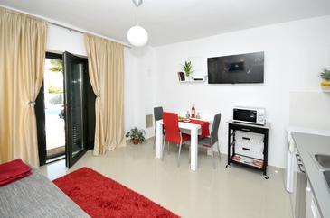 Kaštel Štafilić, Jedáleň v ubytovacej jednotke apartment, dostupna klima i WIFI.