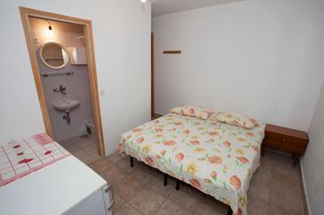 Tučepi, Spálňa v ubytovacej jednotke room, domáci miláčikovia povolení a WiFi.