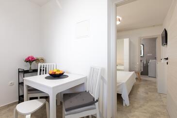 Punat, Jídelna v ubytování typu studio-apartment, domácí mazlíčci povoleni a WiFi.