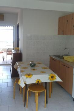 Gradac, Eetkamer in the apartment, air condition available, (pet friendly) en WiFi.