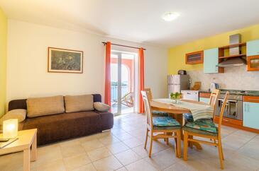 Karbuni, Jídelna v ubytování typu apartment, domácí mazlíčci povoleni a WiFi.