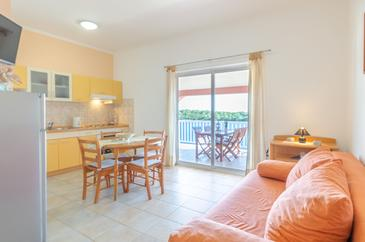 Karbuni, Living room in the apartment, (pet friendly) and WiFi.