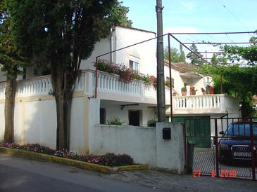 Sveti Filip i Jakov, Biograd, Объект 13225 - Апартаменты с галечным пляжем.