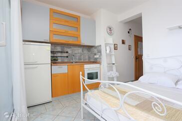 Lokva Rogoznica, Kuhinja u smještaju tipa studio-apartment, kućni ljubimci dozvoljeni i WiFi.