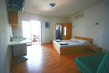 Gradac, Ložnice v ubytování typu studio-apartment, s klimatizací a WiFi.