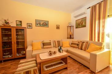 Guduće, Living room in the apartment, air condition available and WiFi.